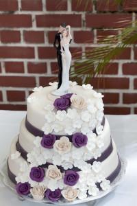Hochzeitstorte in weiss mit Verzierungen und Tortenfiguren