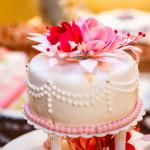Hochzeitstorte in weiss mit roter und rosa Rose - 005