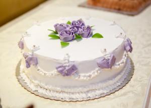 Weisse Hochzeitstorte mit lila Rosen