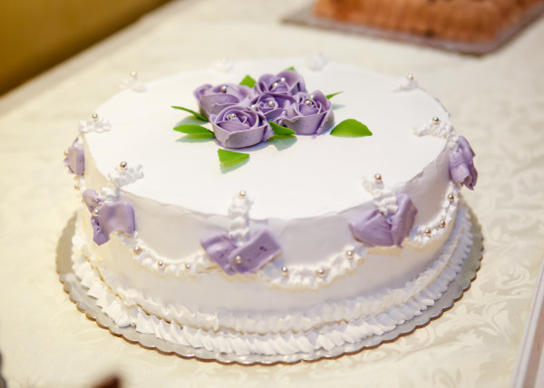 Weisse Hochzeitstorte Mit Lila Rosen Kuchen Torten