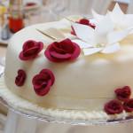 Weisse Hochzeitstorte mit roten Rosen - 001