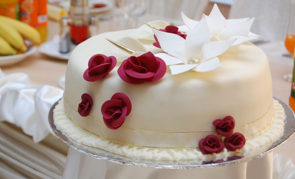 Weisse Hochzeitstorte Mit Roten Rosen Kuchen Torten